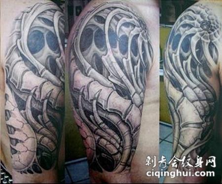 大臂上的机械骷髅纹身图案