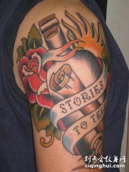 大臂上的瓶子玫瑰纹身图案