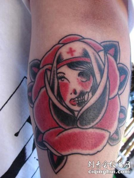 大臂上的玫瑰花护士纹身图案