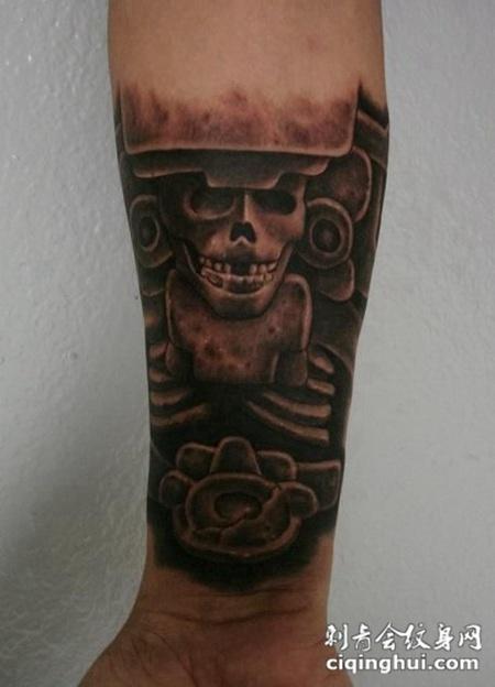 小臂上的雕刻骷髅头纹身图案