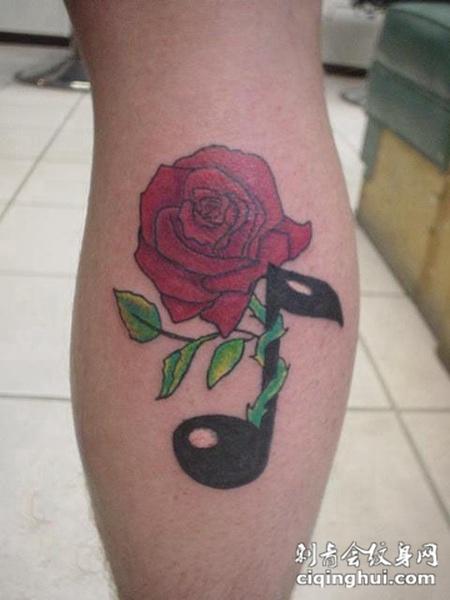 小腿上的玫瑰乐符纹身图案