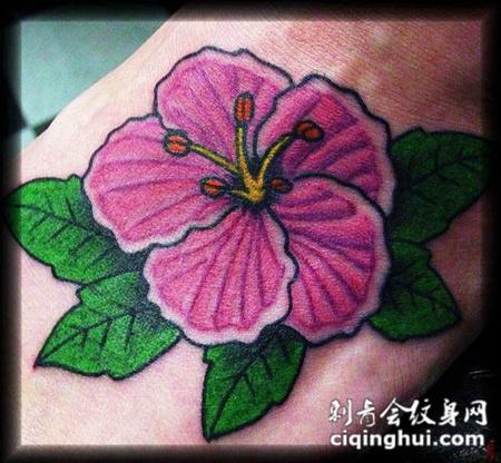 脚面上的木槿花的纹身图案