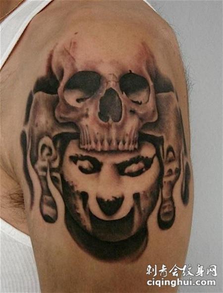 大臂上带着骷髅头的战士纹身图案