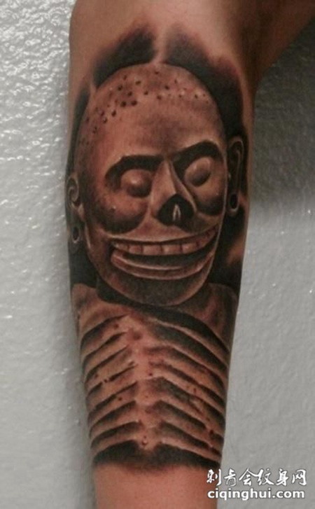 小臂上的雕刻骷髅纹身图案