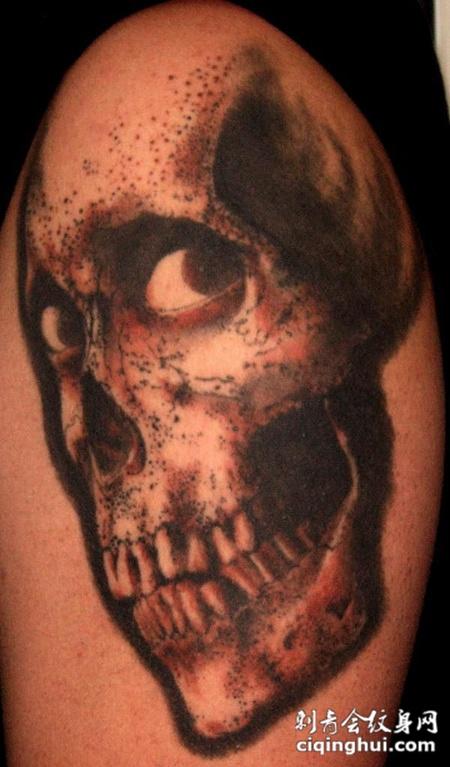 大臂上的骷髅头纹身图案