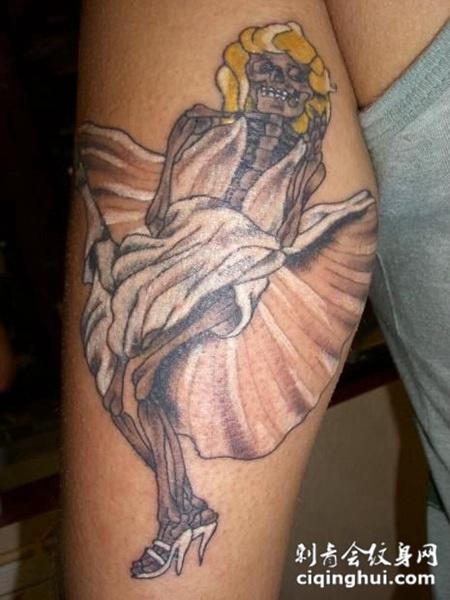 小腿上的穿长裙的骷髅纹身图案