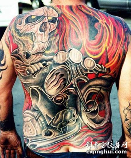 满背骑着机车的骷髅纹身图案