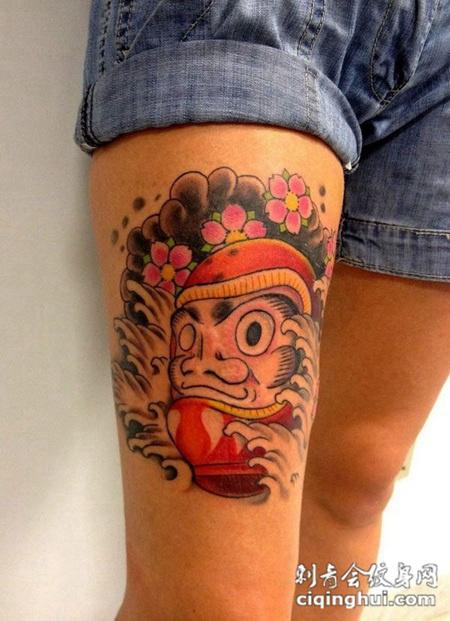 大腿上的达摩蛋不倒翁纹身图案图片