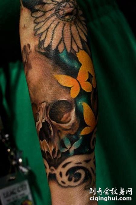 小臂上的骷髅头花朵纹身图案