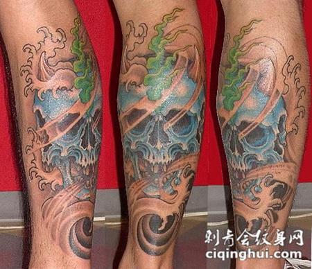 小腿上的骷髅水花纹身图案