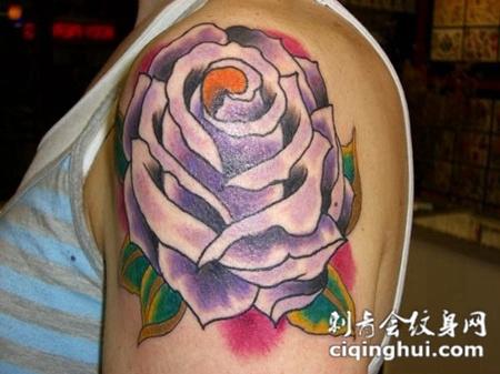 大臂上的巨大玫瑰花纹身图案