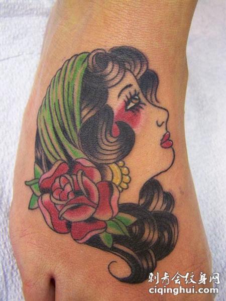 手背上的美女玫瑰纹身图案