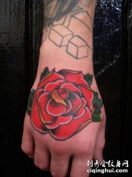 手背上的玫瑰花纹身图案