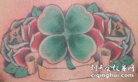 胸前的四叶草玫瑰纹身图案