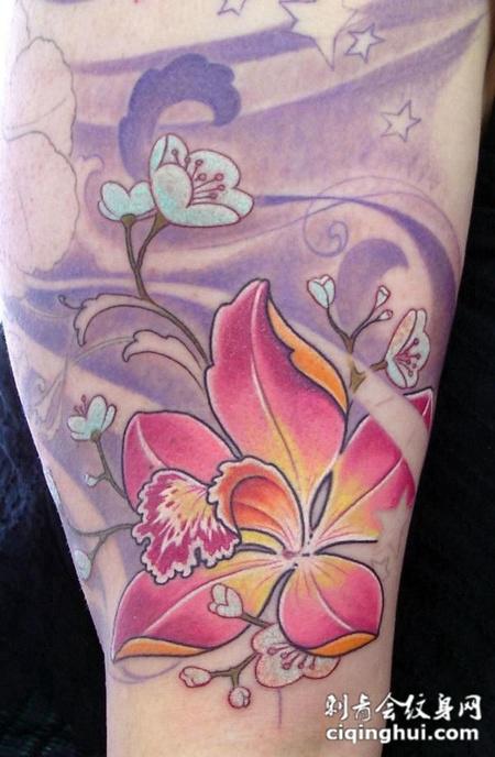 大臂上的水中木槿花纹身图案
