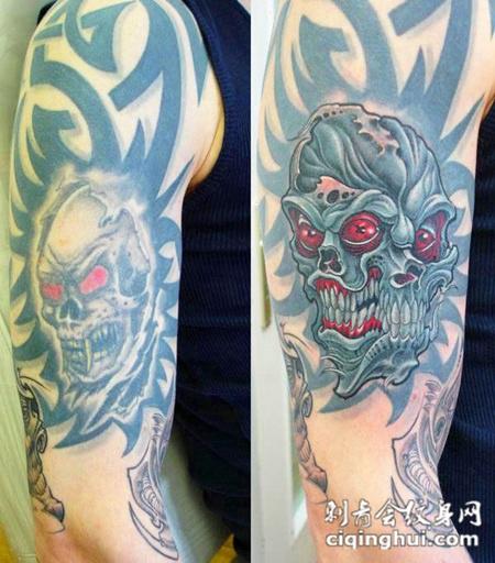 大臂上的双面骷髅头纹身图案