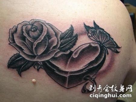 后背上的玫瑰花和心纹身图案