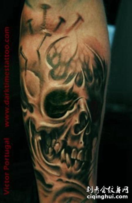 小臂上的钉子骷髅头纹身图案