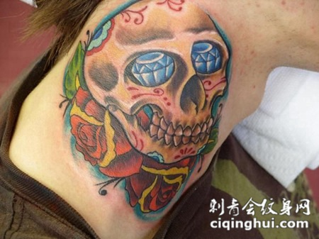 脖子上的玫瑰骷髅纹身图案