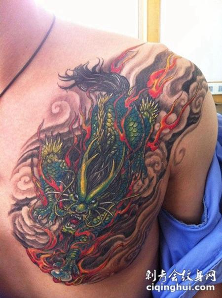 胸前的麒麟纹身图案