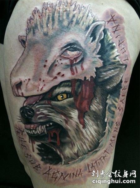 大臂上的狼和羊纹身图案