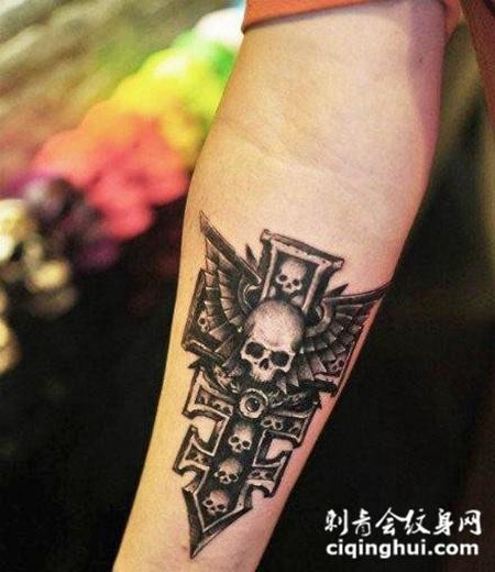 小臂上的十字架骷髅纹身图案