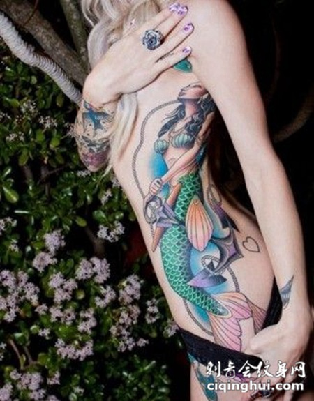 腰侧的美人鱼纹身图案