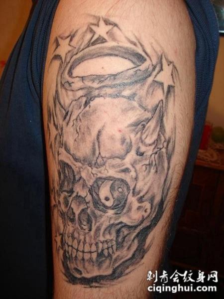 大臂上的光环骷髅头纹身图案