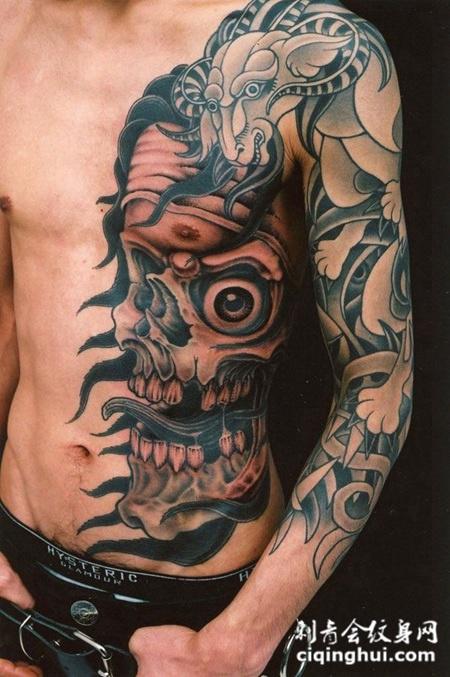 腰侧的骷髅头纹身图案