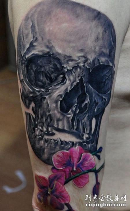 大臂上的骷髅木槿花纹身图案