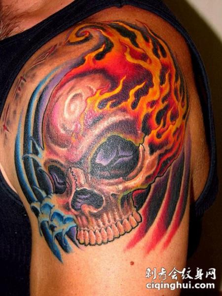 大臂上的骷髅火焰纹身图案