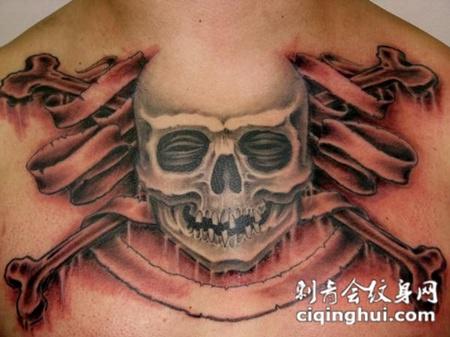 胸前的骷髅头纹身图案