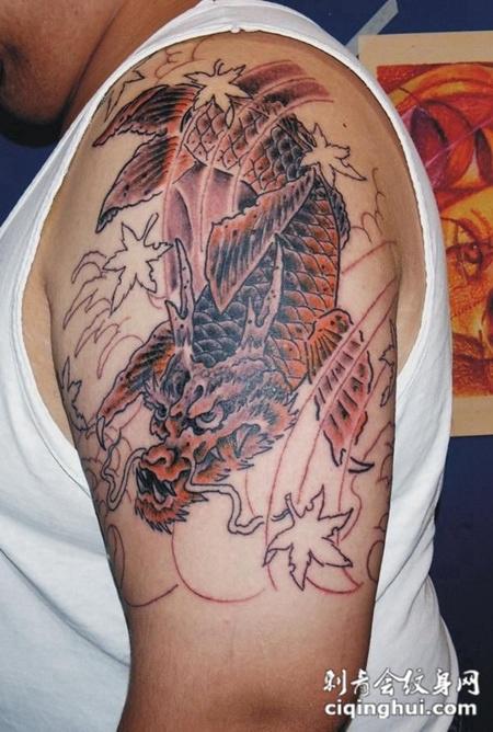大臂上的鳌鱼纹身图案
