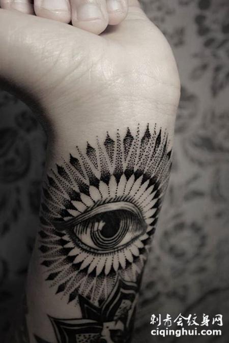 手腕上的眼睛纹身图案