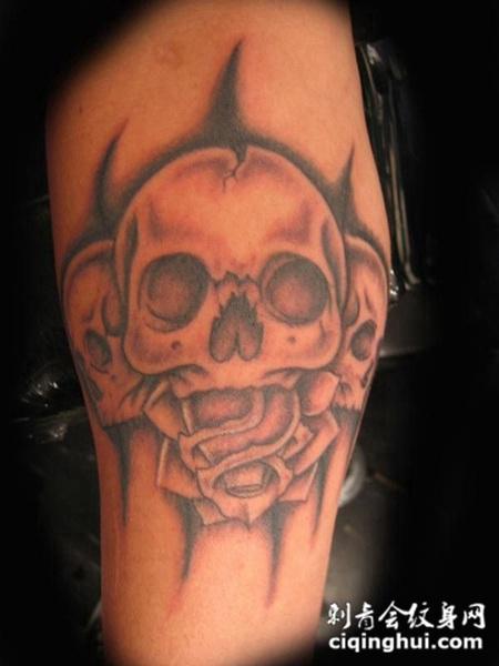 大臂上的骷髅玫瑰纹身图案