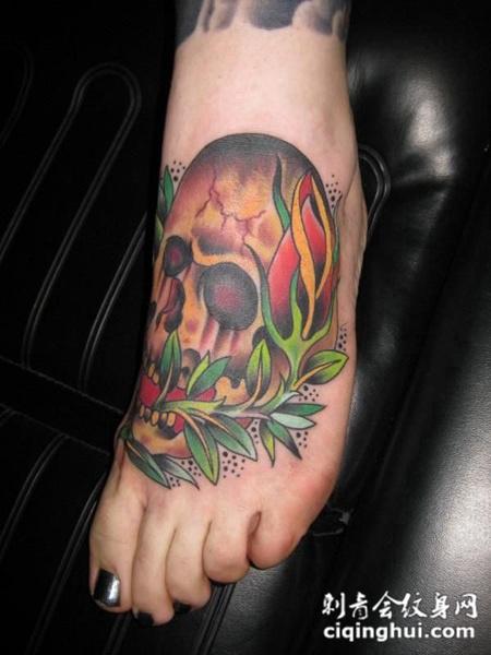 脚面上的骷髅头纹身图案