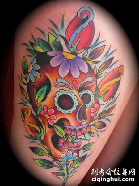 大腿上的骷髅与花纹身图案