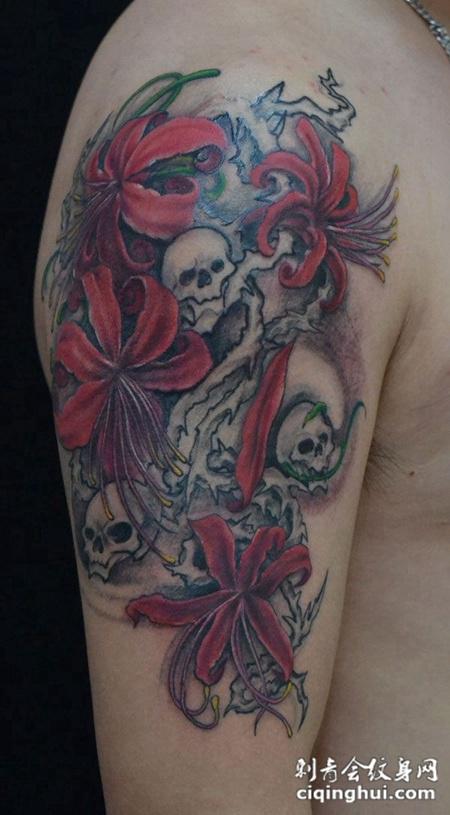 大臂上的骷髅彼岸花纹身图案