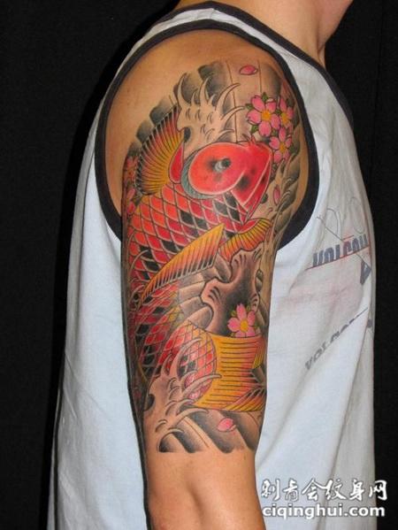 大臂上的鲤鱼纹身图案