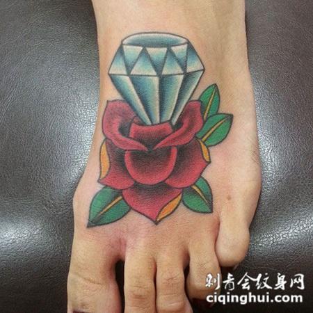 脚面上的钻石玫瑰纹身图案