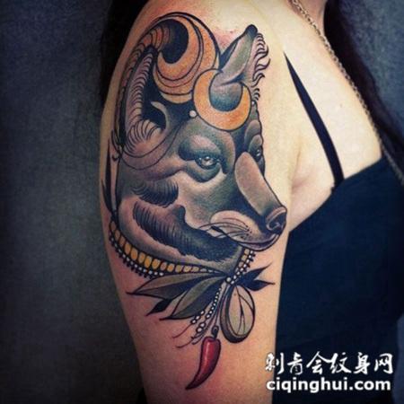 大臂上的狐狸纹身图案