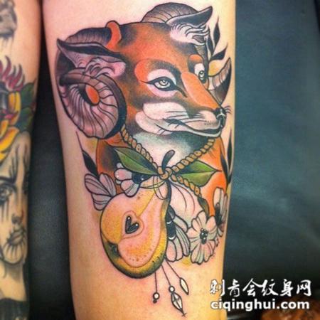 大臂上的羊角狐狸纹身图案