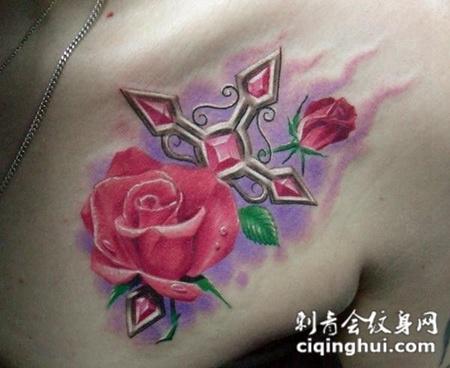 胸前的十字架玫瑰花纹身图案