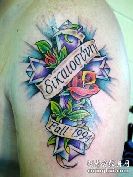 大臂上的十字架玫瑰花纹身图案