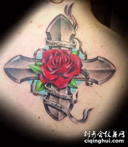 后背上的玫瑰花十字架纹身图案