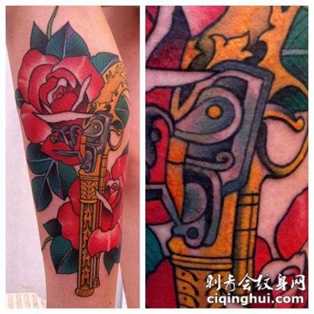 小腿上的玫瑰与手枪纹身图案