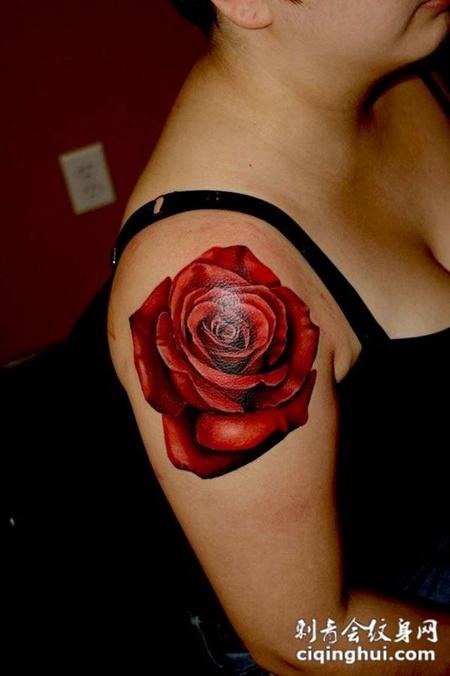 肩膀上的玫瑰花纹身图案