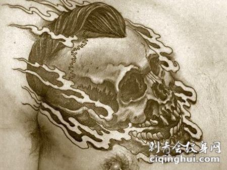 胸前的朋克骷髅头纹身图案