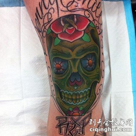 大腿上的骷髅花朵纹身图案