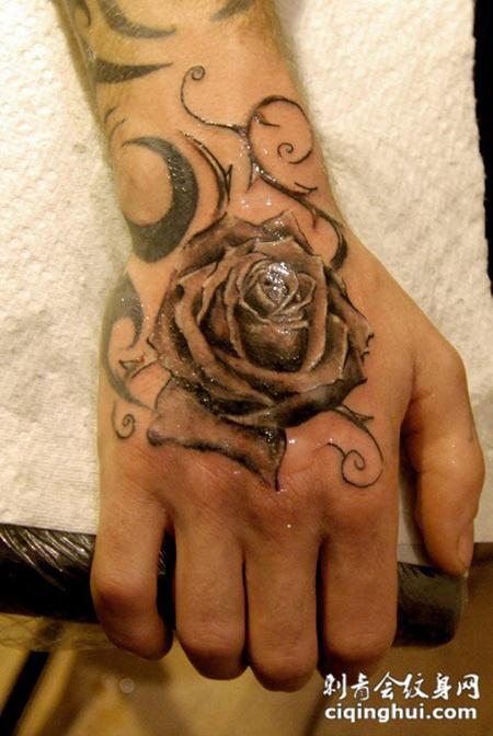 手背上的玫瑰花纹身图案图片